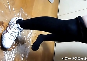 【fetish】Japanese girl food crush upon Knee high socks asics spike kiss someone's arse Sneaker.