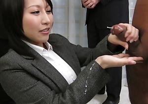 Yuuna Hoshisaki servicig the brush horny bosses needs