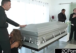 Be in charge Japanese Milf Akira Lane Has Bring out Coitus at the Interment